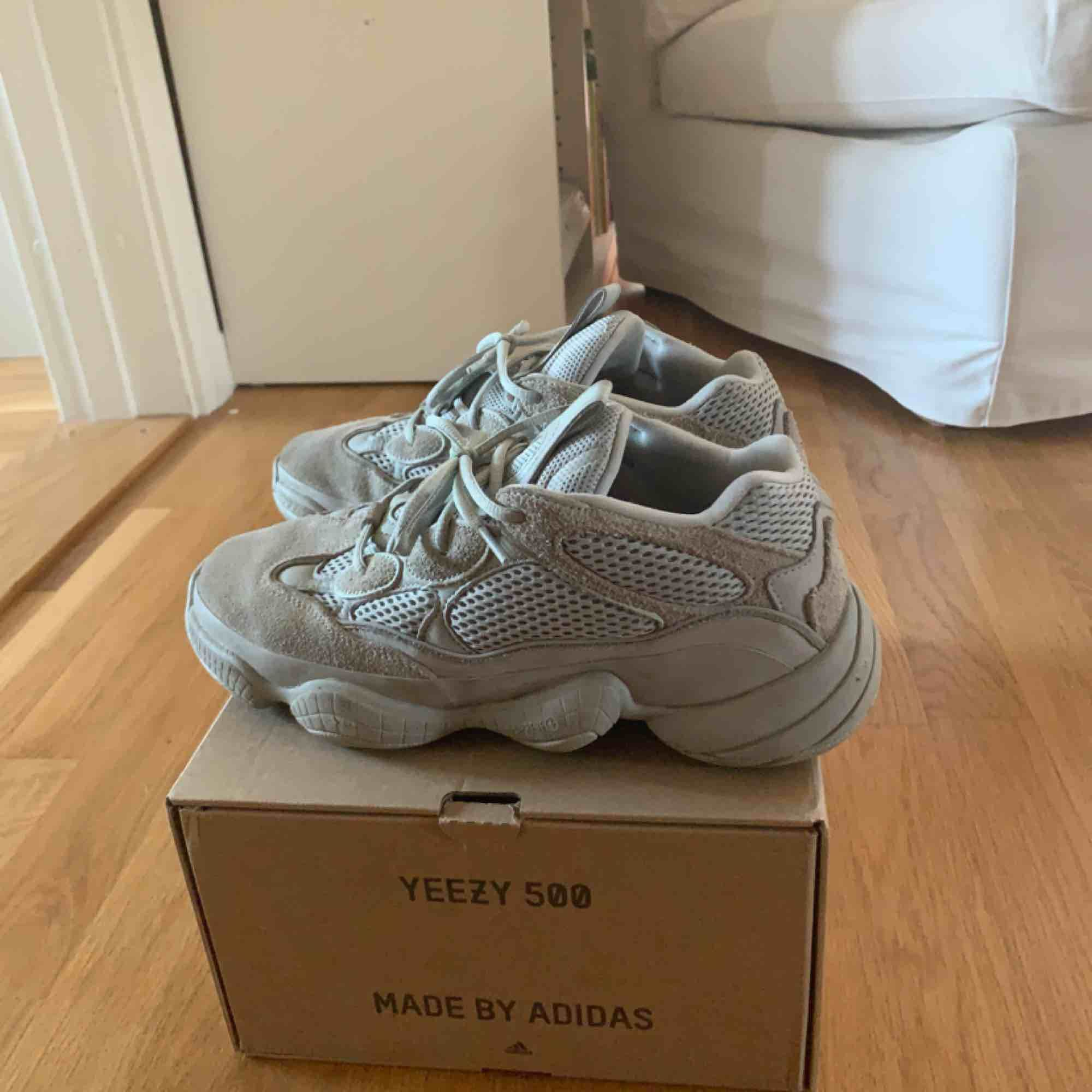 """Adidas yeezy 500 i färgen """"salt"""". Grymt snygga skor som dessutom är väldigt bekväma!. Skor."""
