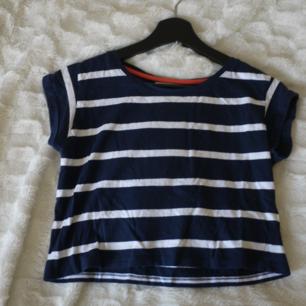 Kort randig tröja, vit/marin blå storlek 36 köpt i Barcelona Köparen står för frakten Paketpris vid köp av flera grejer