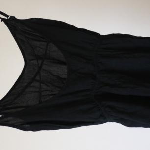 Playsuit från HM svart, med lite urringat rygg med ett snörningskors i ryggen. Köparen står för frakten Paketpris vid köp av flera grejer