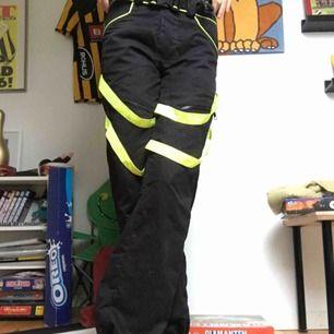 """Ascoola """"rave"""" liknande byxor! Gröna/gula reflexremmar över benen🔥🔥 går även att dra upp med dragkedja på benen där man kan visa lite mer reflex (se på bild 3) 💘💘"""