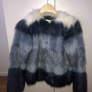 En pälsjacka från Zara i storlek XS, dock passar den även om man är S och M.  Köpte den för två år sedan, och har använt den två gånger.  Kan mötas upp i Stockholm, men om köparen bor utanför Stockholm får köparen stå för frakten! (: