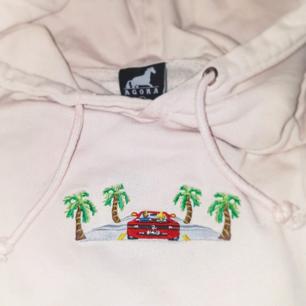 Superfin cropad hoodie från märket Agora. Nypris: 699 kr  Har även ett presentkort från Agora på 200 kr som säljs för 100 kr eftersom att butiken endast gäller deras butik i Trosa och i Stockholm.