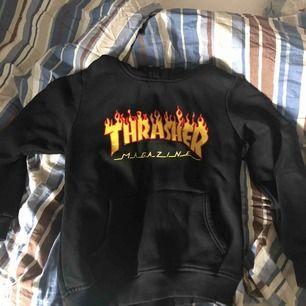 Fake Thrasher hoodie i storlek L men är väldigt liten så skulle säga S/XS. Bra skick, Säljs till högst bud!