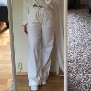 Vääärldens snyggaste sommarbyxor i linne-liknande tyg, köpt vintage så vet inte märke eller storlek men uppskattas till M kanske en liten L eller en stor S. Hör av er om ni har övriga frågor eller liknande💜