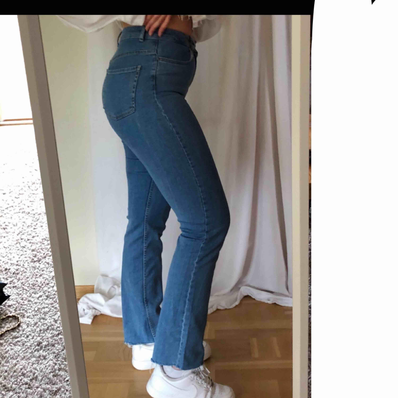 Jättesnygga jeans med stretch från NA-KD, på mig som är 176cm lägger de sig lite fint på skorna men om man är kortare och inte vill det kan man ju bara klippa av, hör av er för fler bilder eller om ni vill diskutera pris💜. Jeans & Byxor.