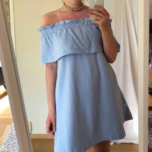 Jättefin blå och somrig klänning! Har fickor och är väldigt bekväm att ha på sig. Hör av er vid frågor eller liknande🥰