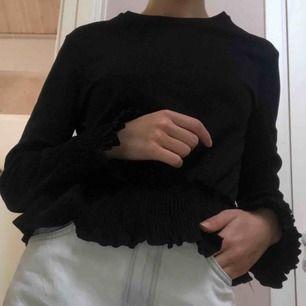 Blus/tröja från zara i lite glansigt material samt resårdetaljer. Använd men fortfarande i gott skick. Frakt står köparen för.