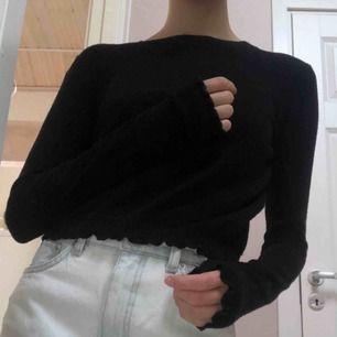 Svart tröja i bomull ifrån Bershka. Hyfsat tajt modell men sitter inte åt. Har vågiga detaljer nertill och längst ner på ärmarna (se bild två). Frakt ingår