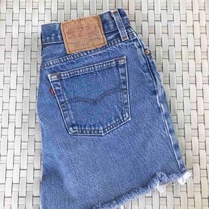 Fina Levis shorts i storlek 36, som nog skulle passa en S/M. Säljer pga förstora, därför finns ingen bild hur dom sitter. Köparen står för frakten!