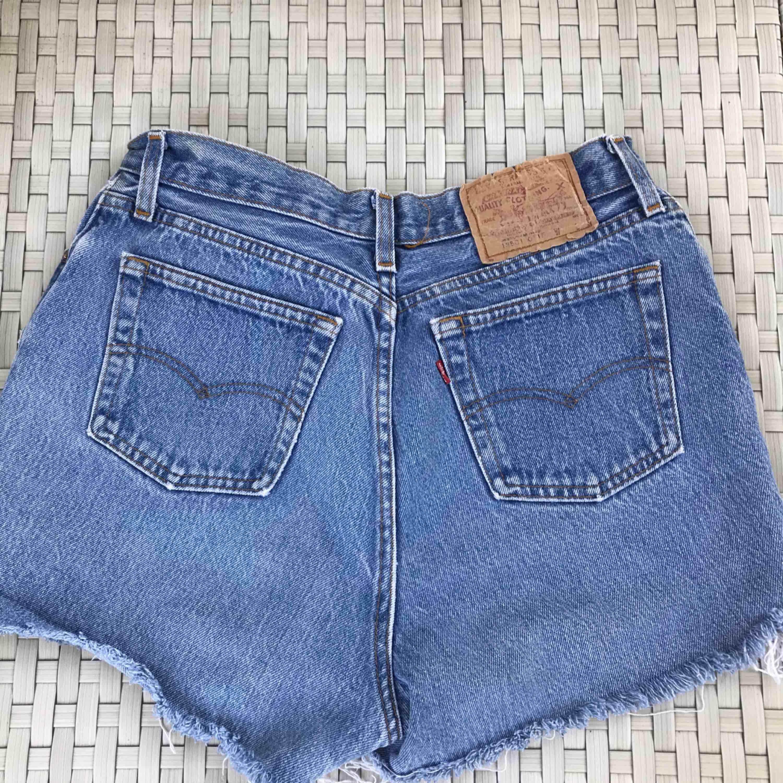 Fina Levis shorts i storlek 36, som nog skulle passa en S/M. Säljer pga förstora, därför finns ingen bild hur dom sitter. Köparen står för frakten!. Jeans & Byxor.