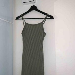 Säljer denna jätte söta lång klänning jag aldrig fått användning för. Prislapp är kvar och nypriset är 199kr