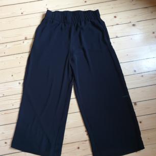 Vida svarta byxor ifrån Monki. Köparen står för frakten! ✨