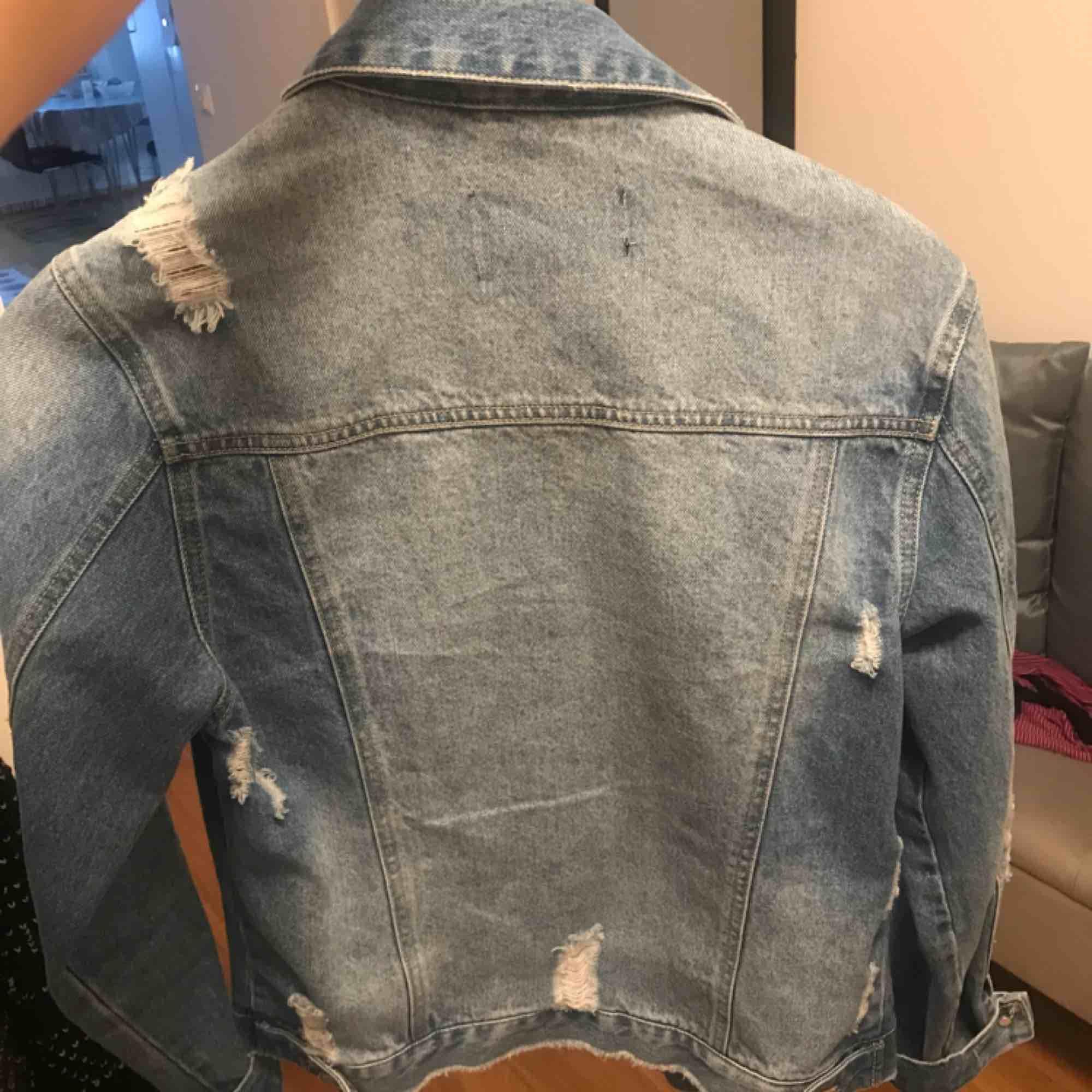 XS men oversize så den sitter normalt på mig som e M/S i tröjor. Jackor.