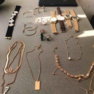 Olika smycken (ej äkta guld) 50kr styck. •4 Klockor •3 Armband •1 choker halsband (Svart) •1 Par örhänge  •3 Ringar •4 Halsband