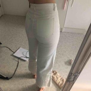 Säljer dessa fina vita jeans med vid modell💕💚😁 super fint skick, köpta förra sommaren men knappt använda. Stretchigt o skönt material😊✨