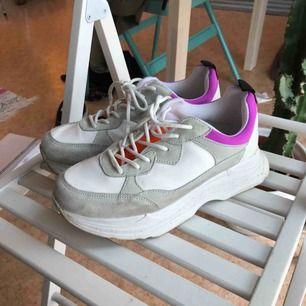 Knappt använda sneakers från märket Office London Supersköna med platå