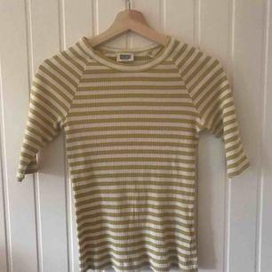 Randig t-shirt från Weekday i väldigt stretchigt material. Fraktar för 40 kr eller möts upp i Umeå!💖