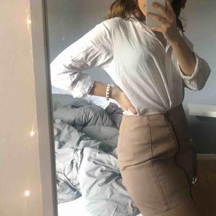 Snygg skinnimiterad kjol från hm, använd vid ett tillfälle. Dragkedja snett över