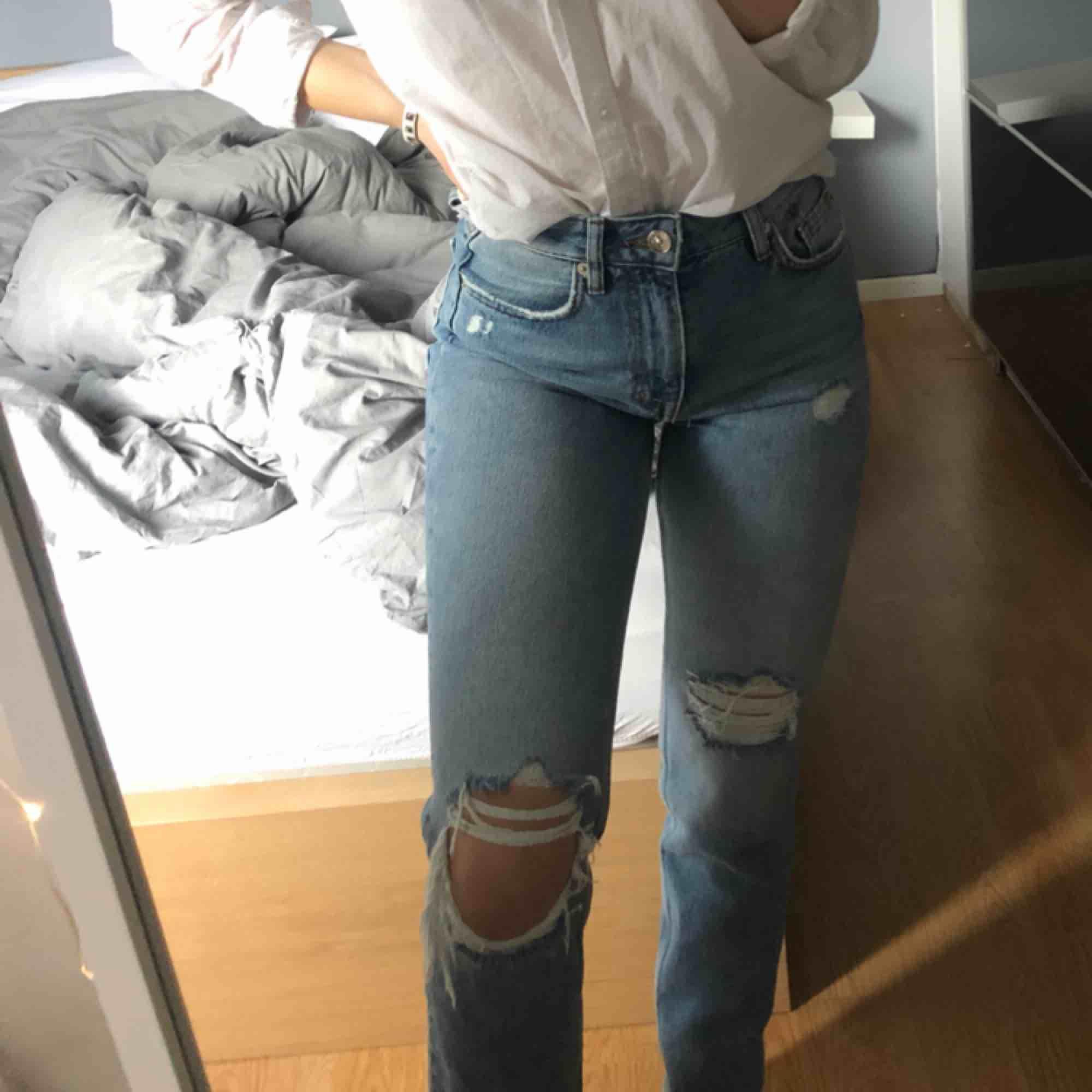 Super snygga slitna jeans från hm, aldrig använda . Jeans & Byxor.