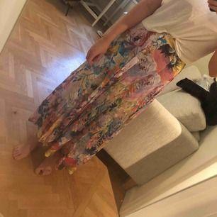 En lång, blommig kjol från h&m som tyvärr är för liten för mig!   Kan mötas upp i Stockholm eller posta - då står köparen för frakten :)