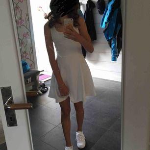 En vit klänning från hm, använd endast 1 gång så i väldigt fint skick. Fin till skolavslutningen eller midsommar. Frakt ingår