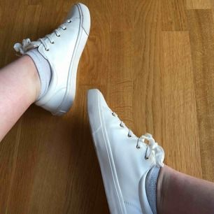 Ett par knappt använda skor från Strandivarius, köpte för kanske 3-4 år sedan i Barcelona och har bara använd de några gånger. 🌼  Möts i Stockholm men skickar gärna!!
