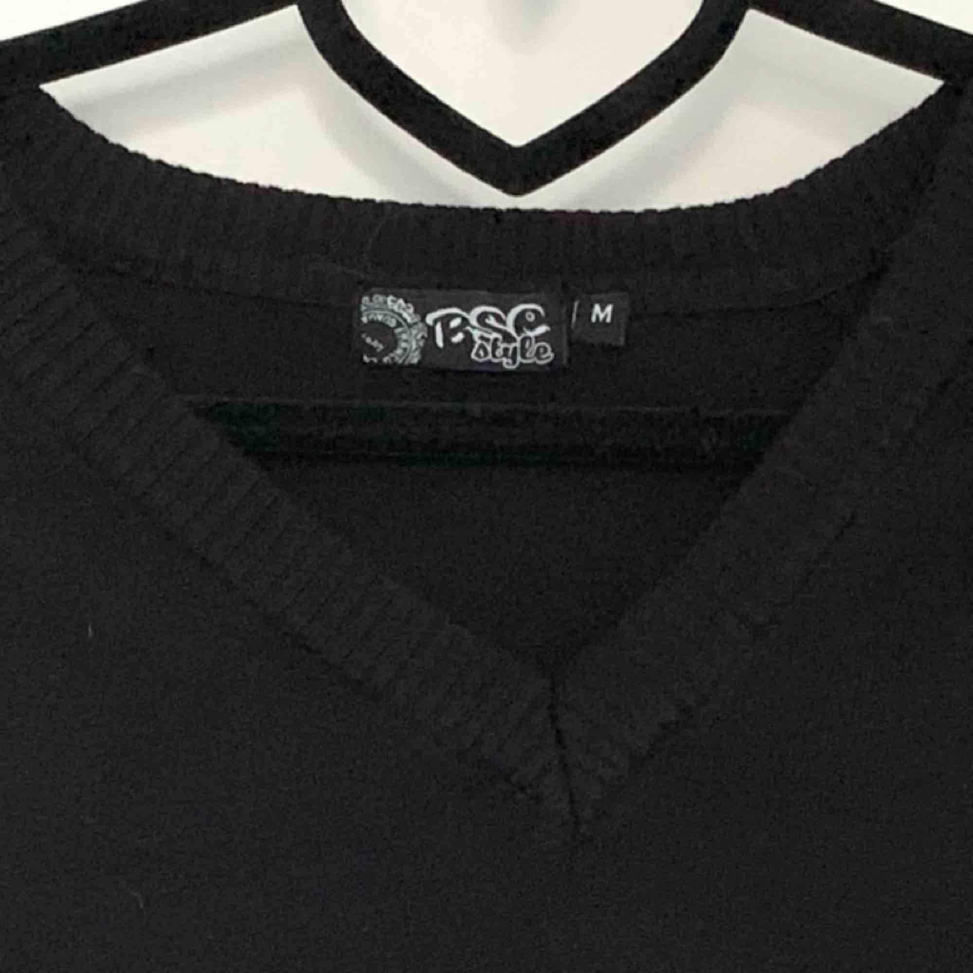 Det står på lappen M men skulle se den som S, för den har krympt lite i tvätten. Annars väldigt mjuk tröja som är använd men i bra skick.. Stickat.