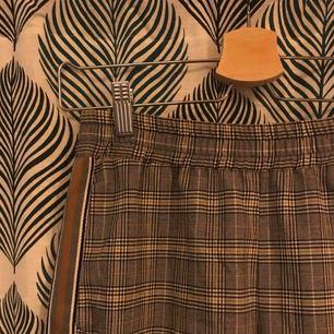 Jätte fina kostymbyxor med rand på sidan. Köpta hos Zara. Köparen står för frakt men kan kanske mötas upp i Uppsala.