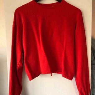 Röd tröja med detalj i ryggen från H&M, köpare betalar frakt