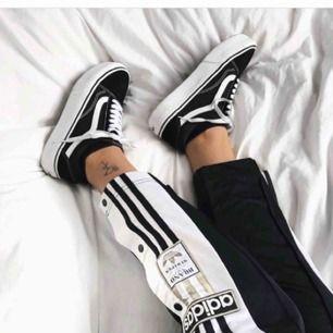 Söker dessa Adidasbyxor i storlek S-M!! Färgen spel ingen roll:)