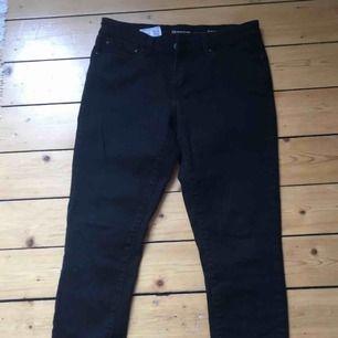 Svarta levi's jeans i modell demi curve. Strl 29. Ev frakt tillkommer (70 kr) eller upphämtning i centrala Göteborg.