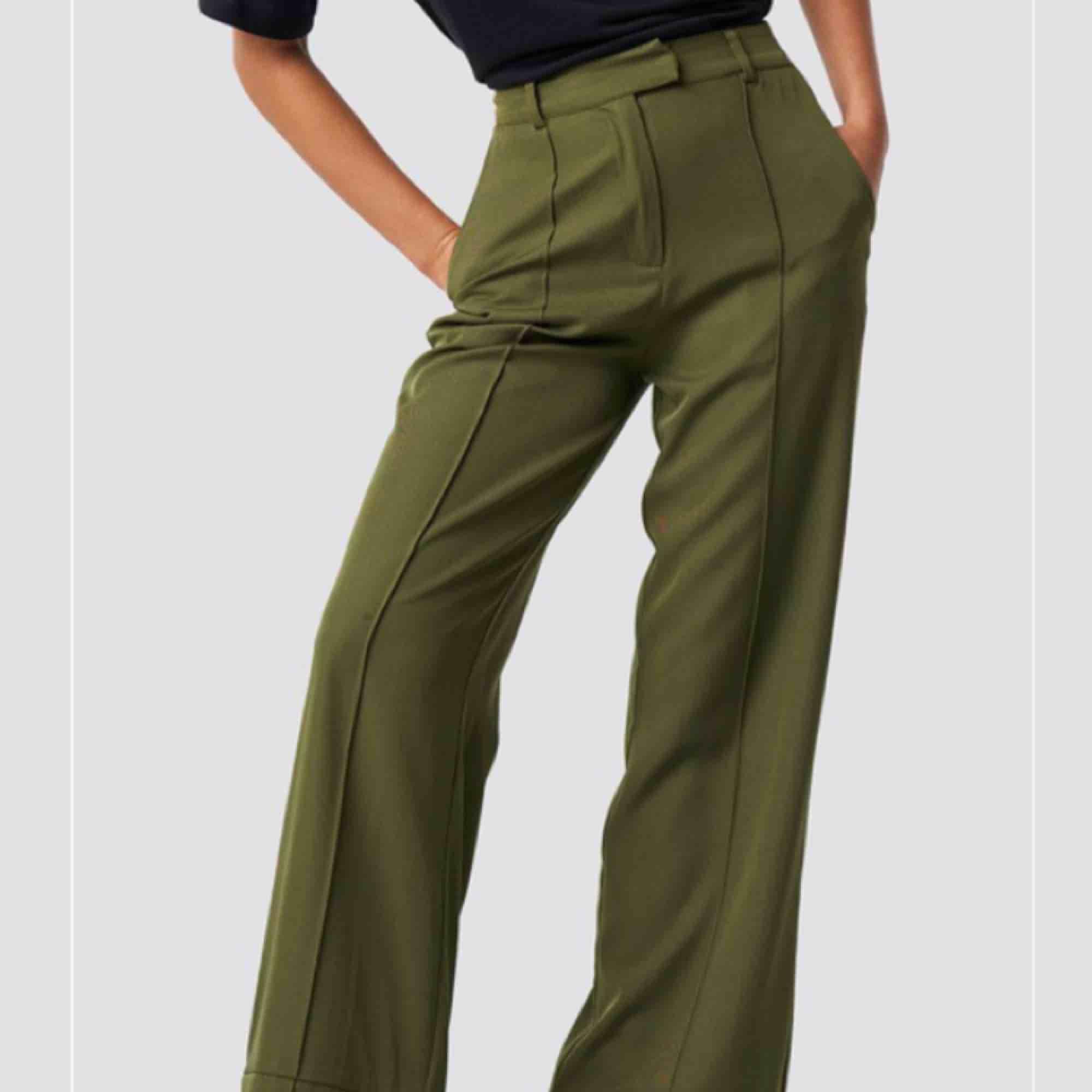 Oanvända med prislappen kvar. Kostymbyxor från NAKD, i slutsåld färg (som på sista bilden) Höga i midjan och vida i benen . Jeans & Byxor.