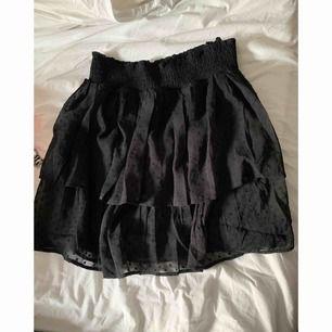 Snygg kjol perfekt till alla årstider snyggt till strumpbyxor.