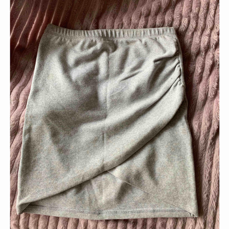 Snygg grå kjol med slits på sidan . Kjolar.