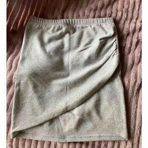 Snygg grå kjol med slits på sidan
