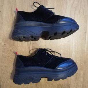 Svarta vintage chunky skor i stl 38, skulle dock säga att de är små i storleken och stämmer överrens med en stl 37 för är alldeles för små för mig. I bra skick med rejäl gummisula, känns att de är tunga och välgjorda. Frakt 63 kr.