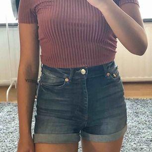 Högmidjade jeansshorts från Monki. De är några år gamla men har inte används särskilt mycket. Finns i Skåne!