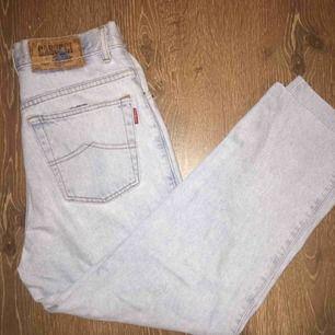 Ljusa denim jeans från casucci. Mått kan skickas om man är intresserad. Superbekväma och gillar dom mycket men säljer pga att jag inte haft mycket användning till dom och behöver pengar. Bara att skriva om man har frågor!