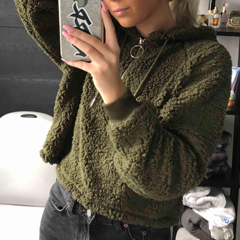 Mysig grön teddy hoodie 💜 knappt använd.. Huvtröjor & Träningströjor.