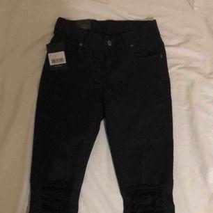 Oanvända Jeans från Dr. Denim. Nypris: 499kr. Dom är små i storleken, men väldigt stretchiga så dom passar både XS och S. Dom är bra längd för någon som är runt 165cm. Oanvända. Lappen finns kvar. Jag tar swish och fraktar ifall köparen står för frakten