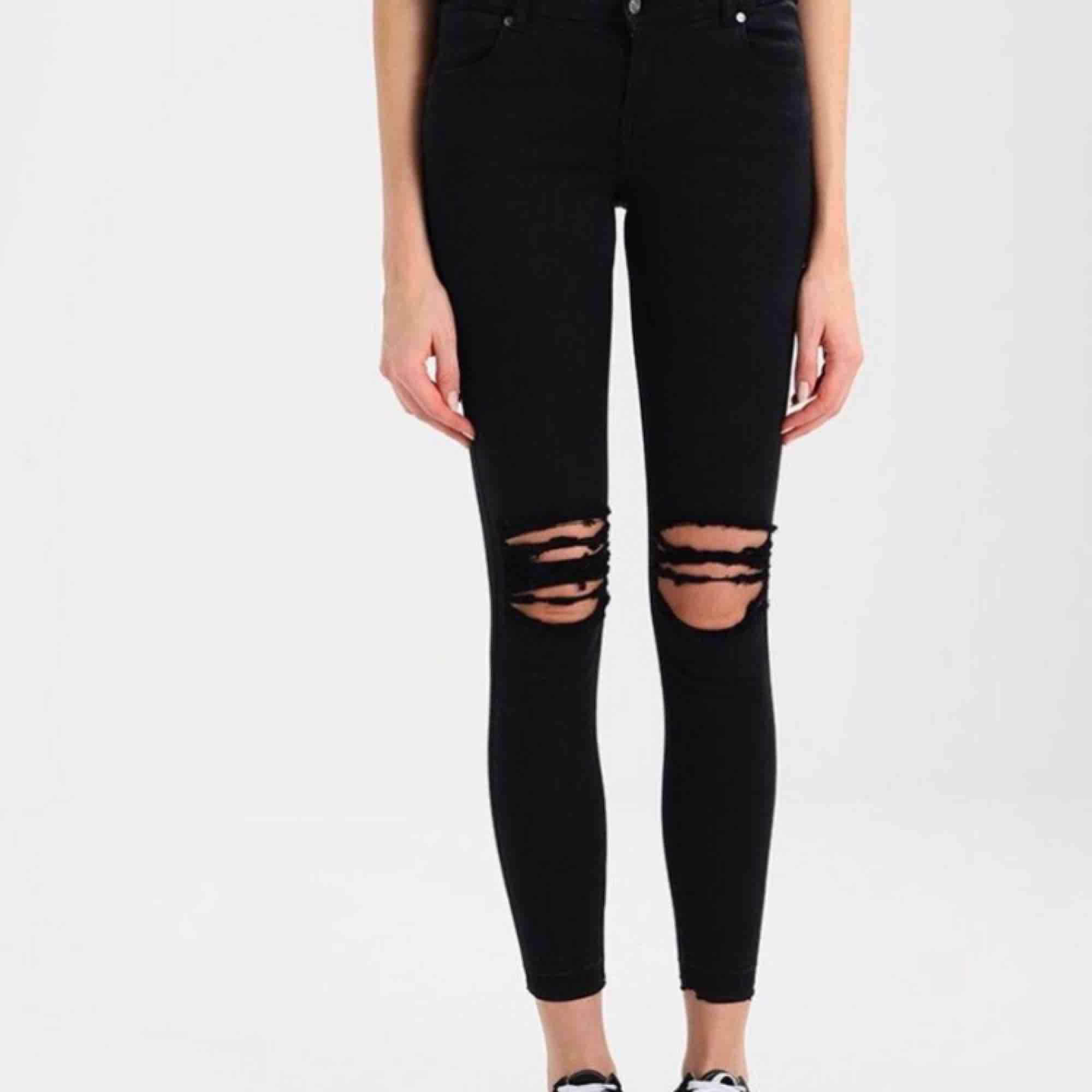 Oanvända Jeans från Dr. Denim. Nypris: 499kr. Dom är små i storleken, men väldigt stretchiga så dom passar både XS och S. Dom är bra längd för någon som är runt 165cm. Oanvända. Lappen finns kvar. Jag tar swish och fraktar ifall köparen står för frakten . Jeans & Byxor.