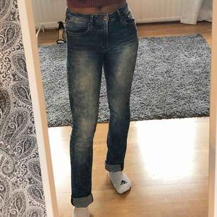 Jeans med låg midja. Finns i Skåne och kan mötas i Lund/Malmö eller Hässleholm annars står köparen för frakt