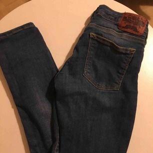 Crocker Jeans i storlek 26 midja och 32 längd. Använda ett fåtal gånger men i väldigt bra skick! Jag tar swish och fraktar ifall köparen står för frakten.