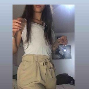 Fina kostym shorts från bikbok i beige, i storlek L. Aldrig använda. Prislapp sitter kvar