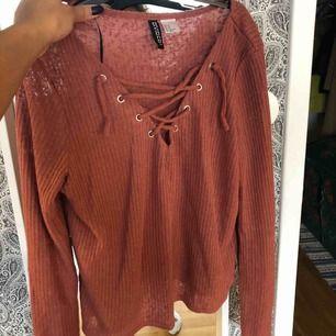 Sparsamt använd tröja från H&M. Finns i Skåne och kan mötas upp i Lund/Malmö eller Hässleholm, annars står köparen för frakten