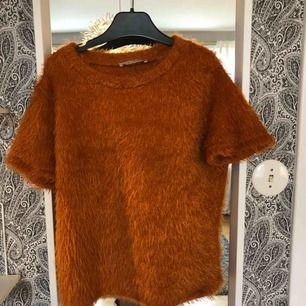 Fluffig mörkorange (burnt orange) tröja från zara. Finns i Skåne och kan mötas upp i Lund/Malmö eller Hässleholm, annars står köparen för frakten
