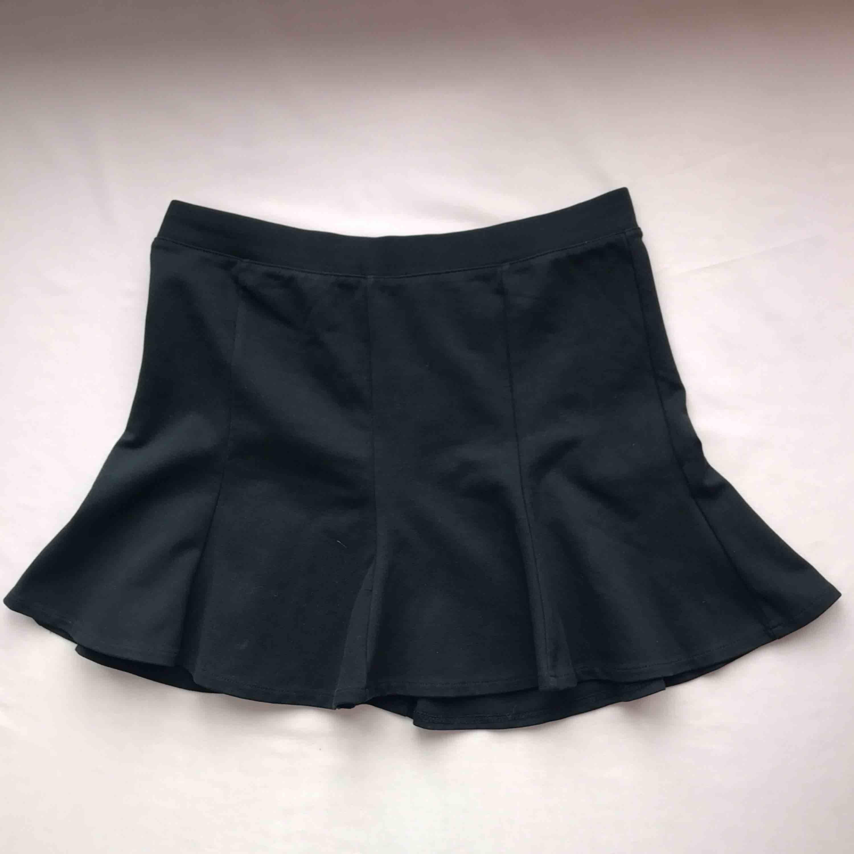 💌Frakt ingår!💌 Svart kort kjol från Zara i mjukt material • storlek M men passar även S • mycket bra skick!. Kjolar.
