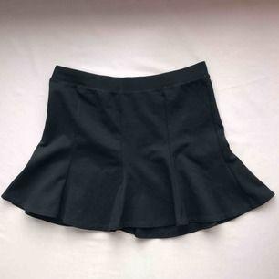 Svart kort kjol från Zara i mjukt material • storlek M men passar även S • mycket bra skick! 💌Frakt tillkommer💌