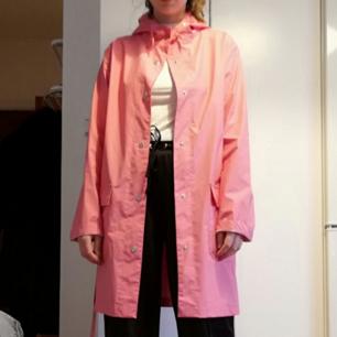 Rosa regnjacka från Bikbok stl M, knappt använd. Frakt 63 kr.