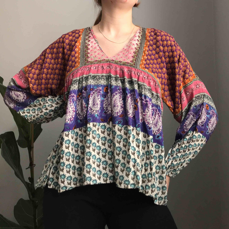 💌Frakt ingår! 💌 Helt otrolig blus i massor av färger och mönster • perfekt i sommar till ett par avklippta jeans • storlek M, i mycket bra skick!. Blusar.